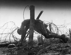 No-man's land: un soldato americano giace morto, impigliato nel filo spinato delle trincee rivali, in Nord Europa.