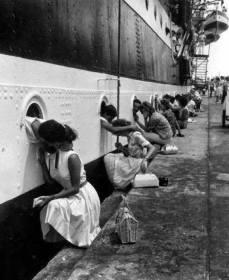 Alcuni allievi dell'Accademia Navale salutano le fidanzate dagli oblò della Amerigo Vespucci, nel 1963.