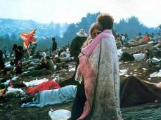 Foto iconica di una coppia abbracciata durante il festival di Woodstock del 1969, intenta a condividere una coperta. Divenne una delle più potenti immagini della generazione hippie.