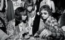 Keith Richards, Mick Jagger e Bob Dylan durante la festa del trentesimo compleanno del cantante dei Rolling Stones, tenutasi il 26 luglio 1973 al St. Regis Hotel di Manhattan.