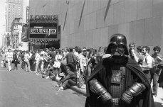 25 maggio 1983. Alcuni fan aspettano pazientemente in fila pur di vedere per primi il nuovo film di Star Wars.