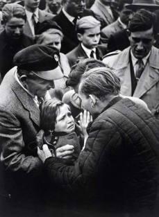 Alla fine della seconda guerra mondiale, questa bambina poté finalmente rivedere il padre tedesco, imprigionato fino ad allora in Unione Sovietica. La piccola non vedeva suo padre da quando aveva un anno.