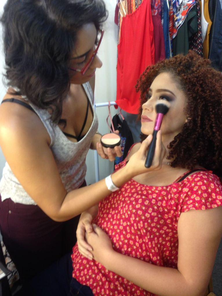 maquiadora maquiando