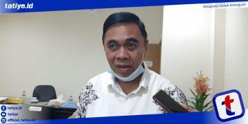 Ketua Komisi I DPRD Provinsi Gorontalo AW Thalib saat diwawancarai awak media usai batal menggekar Rapat Kerja bersama mitra kerja terkait pegadaan lahan pembangunan waduk Bulango Ulu diruang kerjanya, Selasa (26/1/2021). Foto; Firman
