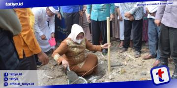 Wabup Suharsi Igirisa melakukan pelatakan batu pertama pembangunan Masjid & Pondok Tahfidz Qur'an Yayasan Haamilul Qur'an (F. Stepon Habi, Humas Pohuwato)