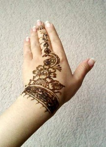 Se faire un tatouage éphémère au poignet grâce au henné