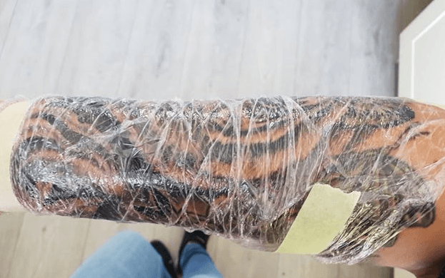 Nieuwe tattoo ingepakt met folie