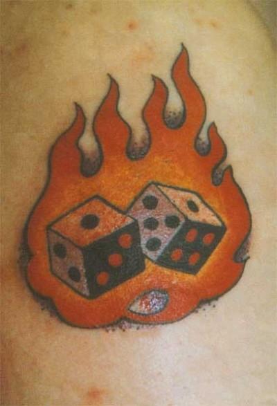 Фото цветная тату на плече - игральные кости в пламени