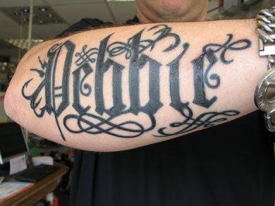Un mot tatoué