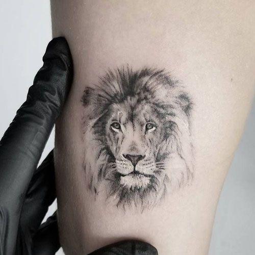 Petit tatouage homme avec une tête de lion