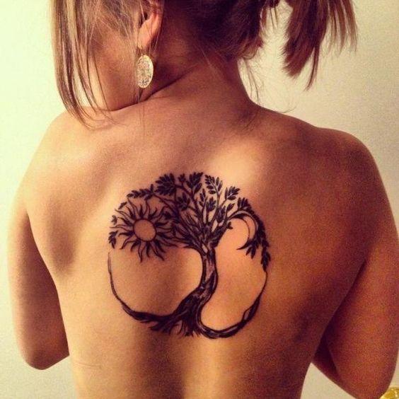 Magnifique arbre de vie gravé sur le dos