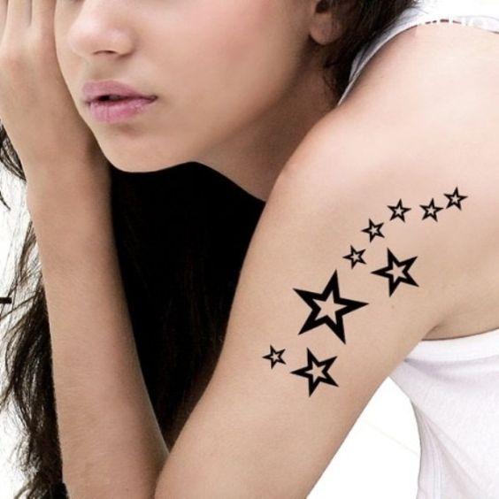 Plusieurs étoiles à 5 branches sur l'épaule et le bras