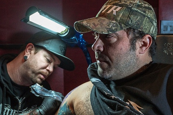 Aaron Lewis Gets A Tattoo At Hart Huntington Tattoo Co Ideas And Designs
