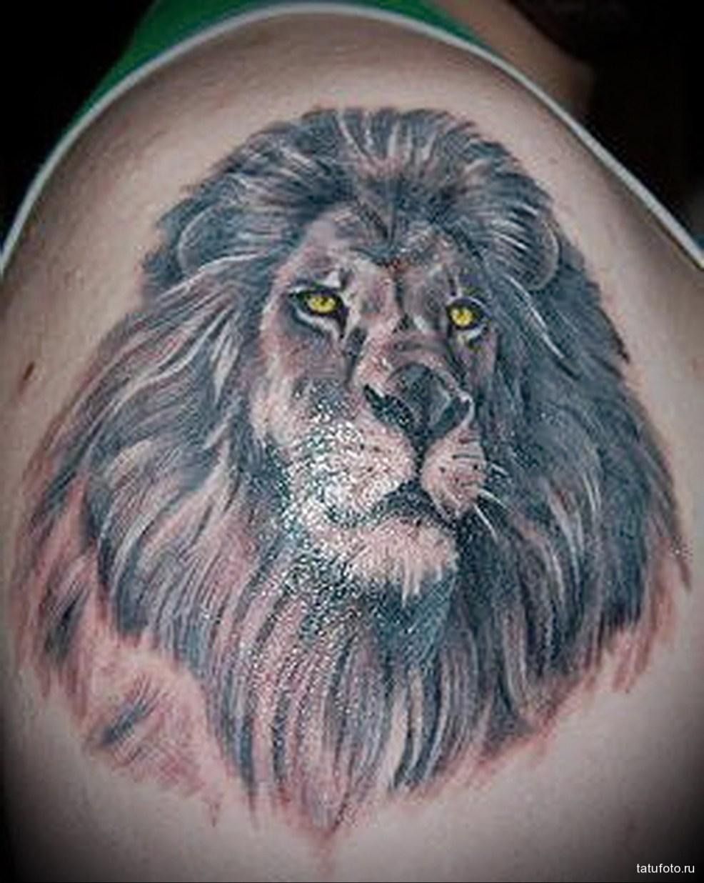 тату лев с горящими глазами мужская татуировка на плече Tatufotocom