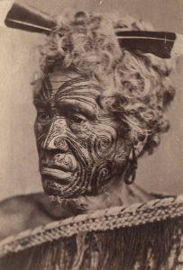 Porträttfoto av polynesisk utinvånare med ansiktstatueringar