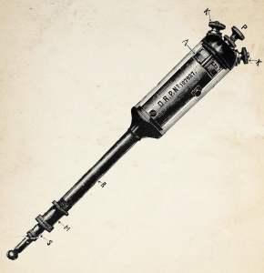 Ritning föreställande en äldre tatueringsmaskin formad likt en pistong – smal cylinderformad kropp med större cylinderformat huvud.