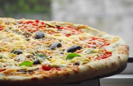 https://tatyanakost.wordpress.com/2014/05/04/пицца-с-фетой-помидорами-и-оливками-г/