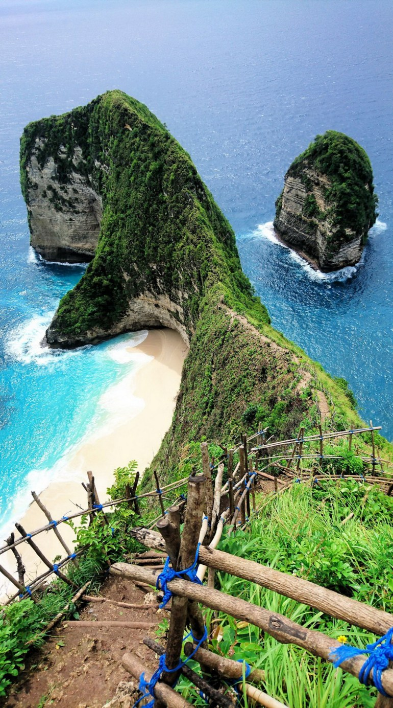 Crystal Bay Nusa Penida Klungkung Indonesia - Body of water, Coast, Coastal and oceanic landforms, Island, Landscape, Natural landscape, Nature, Outdoor structure, Rock, Shore, Water