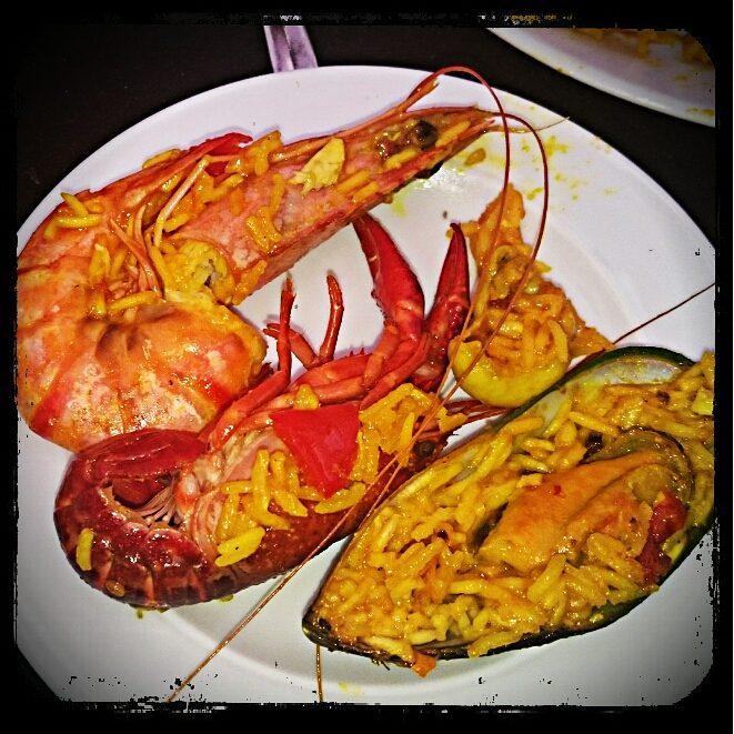 Paella mit Garnele, Krabbe und Muschel