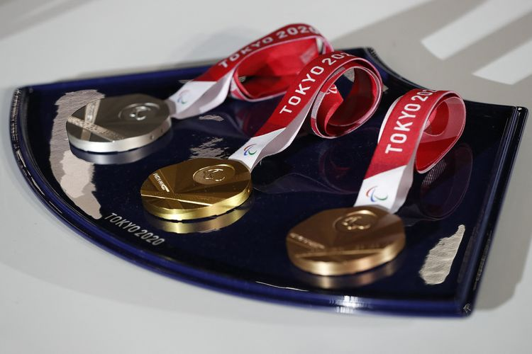 The medals and tray to be used for the medal ceremonies at the Tokyo 2020 Olympics Games are seen during an event to mark 50 days to the opening ceremony, at Ariake Arena in Tokyo on June 3, 2021. (Photo by ISSEI KATO / POOL / AFP)