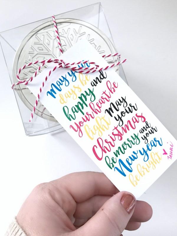 Free print + cut Christmas candle gift tag. Perfect for neighbor or office gifts. #christmas #christmasgift #diychristmasgift #neighborgift #christmascandle