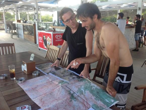 Antalya / Yann et Arnauld consultent les cartes de la zone