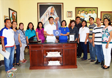 SEAL OF GOOD GOVERNANCE. Aw-awaten ni Cabugao Mayor Edgardo S. Cobangbang, Jr. ti Seal of Good Local Governance ken ti Seal of Child-Friendly Local Governance manipud ken ni DILG Acting Provincial Director Agnes A. de Leon iti simple a programa a naangay iti uneg ti opisinana idi Pebrero 24, 2016. Binayabay dagiti hepe dagiti nadumaduma a pagopisinaan ti lokal a gobierno ti Cabugao ti pannakaiyawat ti plake ti pammadayaw. (Retrato, pammadayaw ti LGU Cabugao)
