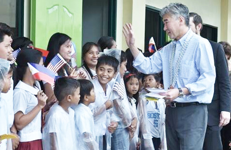 WARM WELCOME. U. S. Ambassador to the Philippines Sung Y. Kim is warmly welcomed by the students of Anahaway Elementary School and Anahaway National High School where he inaugurates nine new classrooms. (Photo courtesy of US Embassy of Manila)