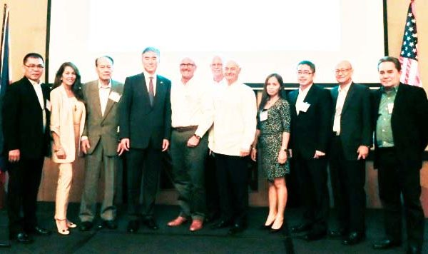 BILATERAL TRADE AND INVESTMENT TIES. US Ambassador to the Philippines Sung Kim poses with officials of the American Chamber of Commerce-Cebu during their general membership meeting on July 14, 2017. Ambassador Kim assured the continuation of economic ties with the Philippines. (Photo courtesy of the US Embassy)