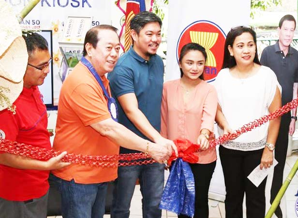 PIA INFORMATION KIOSK. The Philippine Information Agency (PIA), Region 1, launches an infomation kiosk last June 29, 2017 at Baluarte, Tamag, Vigan City to raise awareness and appreciation on the ASEAN 2017. Cutting the ribbon are from left: Freddie G. Lazaro, PIA La Union Information Center Manager, Vice Gov. Jerry Singson, Vigan City Mayor Juan Carlo Medina, a lady guest and PIA Director Jennilynne C. Role. (Photo: Vigan City Council
