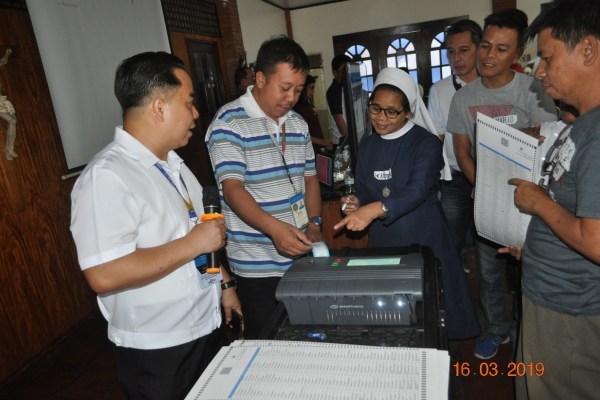 MOCK ELECTION. Atty. Marino Salas (in white shirt), Ilocos Sur Provincial Election Officer of the Commission on Elections witnesses the mock election and testing of vote counting machine for the Parish Pastoral Council for Responsible Voting (PPCRV) poll volunteers. Over 200 PPCRV volunteers took part in the training held at Aula de Caridad, Vigan City, Ilocos Sur on Mar. 23, 2019. The training was was also attended by Rev. Fr. Danilo Martinez, Archdiocesan Director of Social Action Commission. (photo by Eden A. Alviar)
