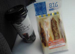 デイリーヤマザキのサンドイッチとカップコーヒー