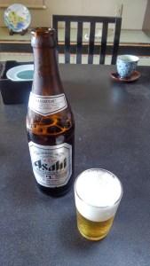 テーブル上の瓶ビールとグラス