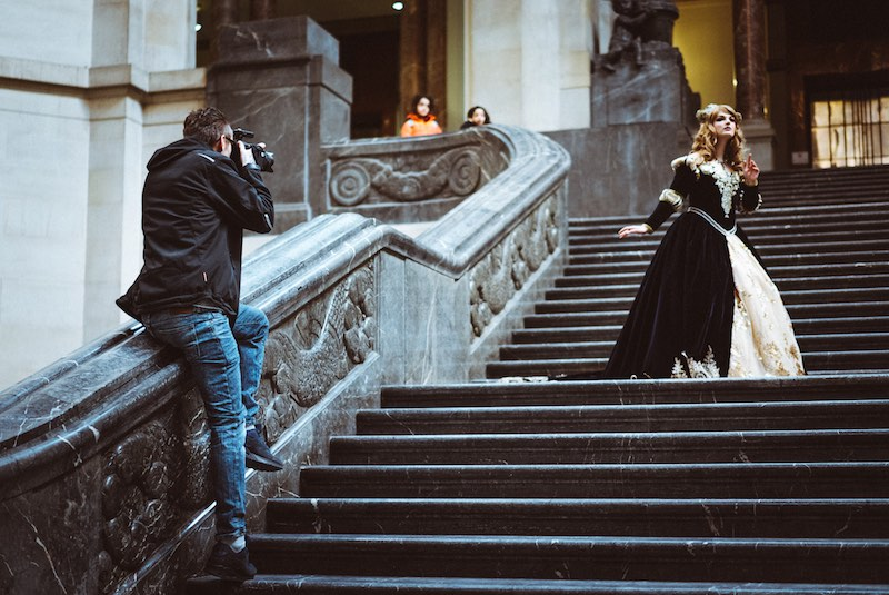 Auf der Treppe im Hannover Rathaus am shooten