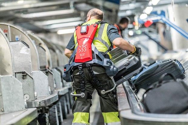 Robotik giysili çalışan
