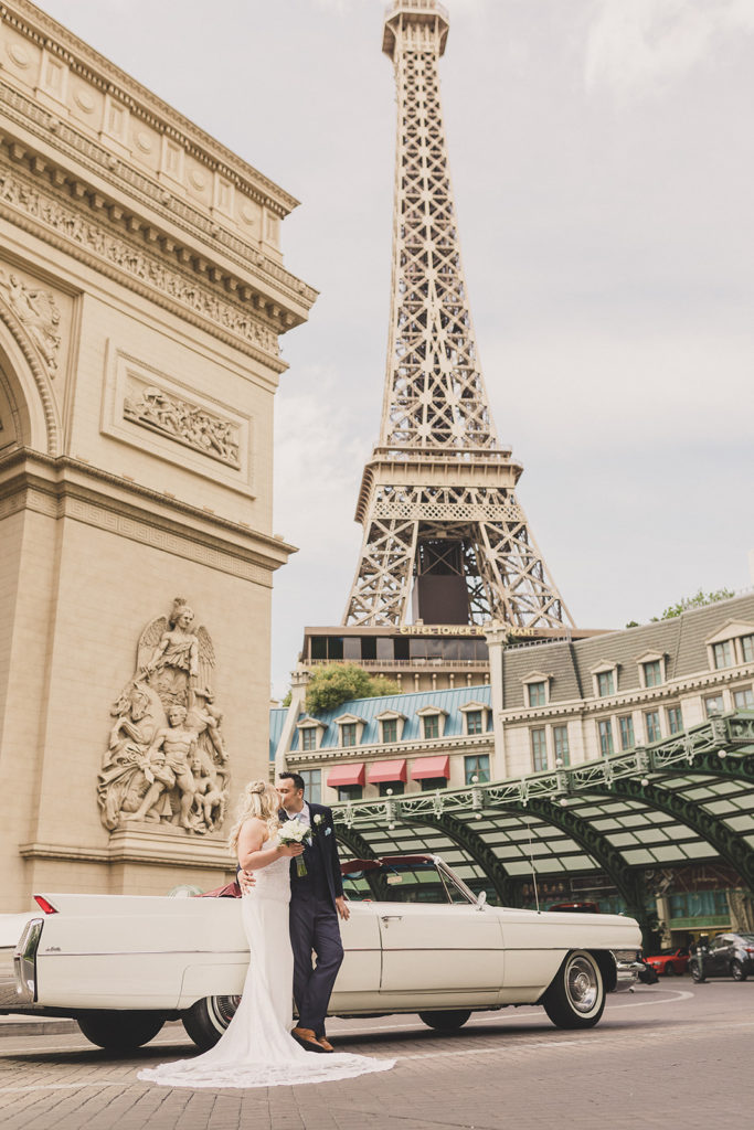 bride and groom kiss in front of Las Vegas monuments
