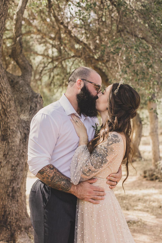 newlyweds kiss in Las Vegas