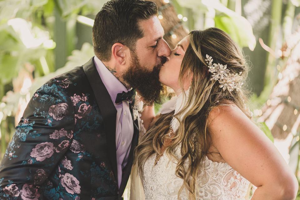 newlyweds kiss in Las Vegas garden