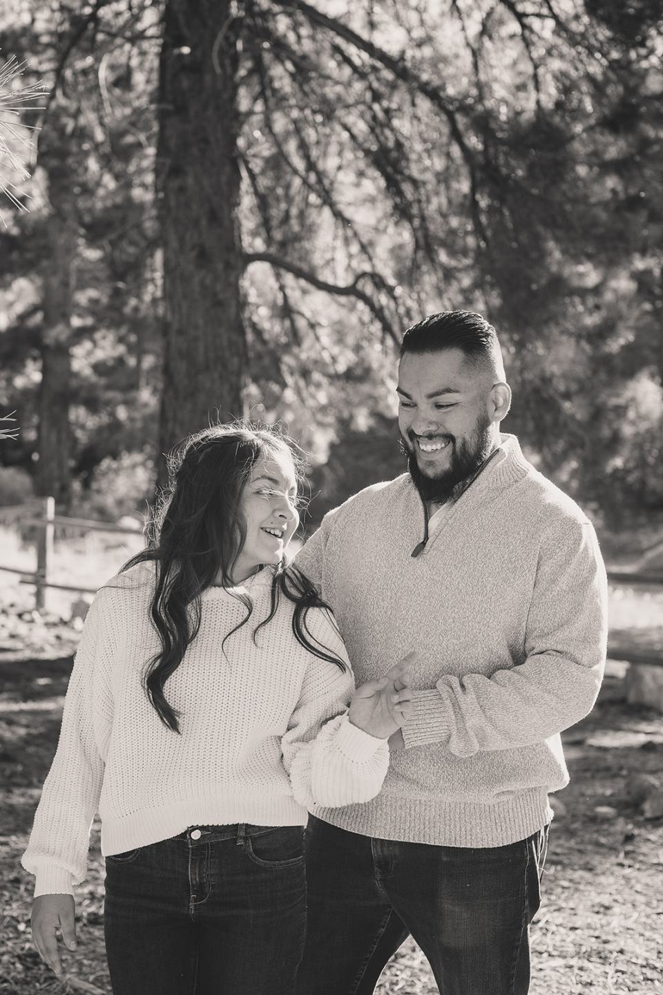 dad makes daughter laugh during NV family photos