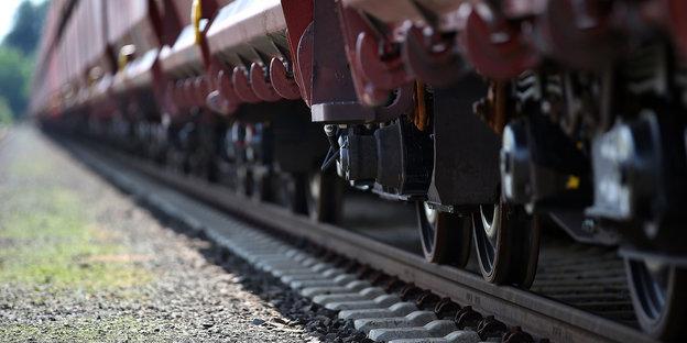 die Räder eines Zugwaggons