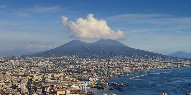 Auf dem Foto ist die Hafenstadt Neapel zu sehen, die am Fuße des Vulkans Vesuv liegt