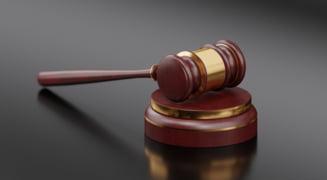 Fost director al Postei Romane, condamnat la 6 ani inchisoare pentru luare de mita. Pronuntarea sentintei, amanata de 22 de ori