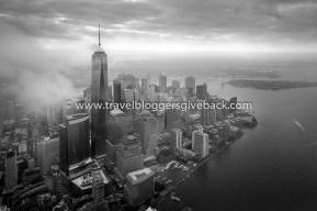 01 - New York Pingviinimatkat New York: Syksyllä 2014 toteutimme yhden unelmista ja lensimme helikoterilla Manhattanin yllä. Alla vellovat pilvet uhmasivat peittää koko maiseman alleen, mutta pilvet rakoilivatkin kuin ihmeen kaupalla juuri päästyämme ilmaan ja näimme vasta valmistuneen 1776 jalkaa korkean Freedom Towerin kaikessa komeudessaan. Myynnissä myös valmiina tauluna!