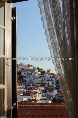 21 - Skopelos, Kreikka Kaukaa Haettua Skopelos, Kreikka: Kun laiva saapui Skopelokselle, ihastuin heti kukkuloita pitkin nousevaan kaupunkiin. Kodikkaan majatalomme puuportaat natisivat, kun nousimme huoneeseemme. Siellä meitä odotti tämä näkymä: maisema, jota olisin voinut katsella loputtomiin.