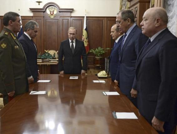 Russian President Vladimir Putin (3rd L) with armed forces Chief of Staff Valery Gerasimov (L), Defence Minister Sergei Shoigu (2nd L), Federal Security Service (FSB) Director Alexander Bortnikov (3rd R), Foreign Minister Sergei Lavrov (2nd R) and Director of Russia's Foreign Intelligence Service (SVR) Mikhail Fradkov (R) stand in a moment of silence before a meeting on Russian plane crash in Egypt at the Kremlin in Moscow, Russia November 17, 2015. REUTERS/Alexei Nikolskyi/SPUTNIK/Kremlin
