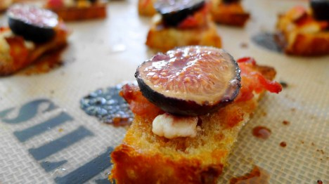 Fresh out of the oven figs crostini