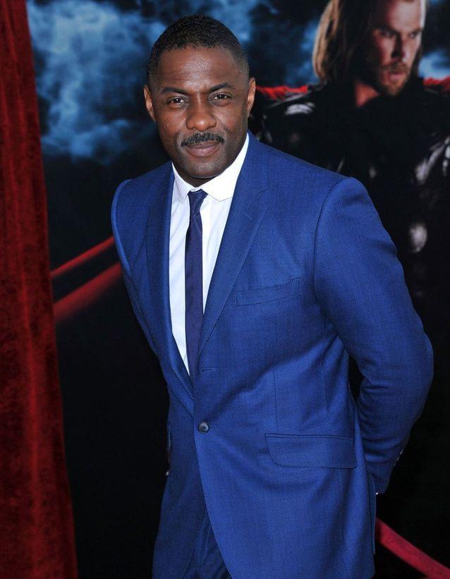 Idris elba en costume bleu