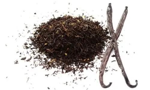 loose leaf tea and vanilla bean pods