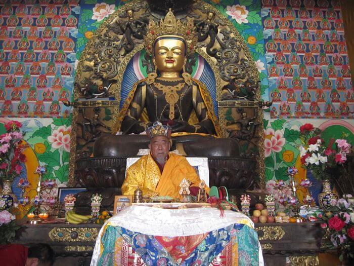 第三世多杰羌佛親傳弟子大西拉仁波且坐化圓寂後身體大放虹光