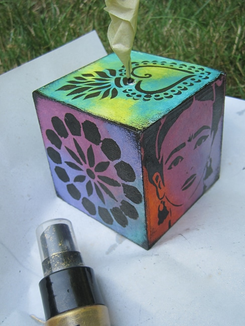 Spray all sides of photo cubes with gold spray mist. Lefko